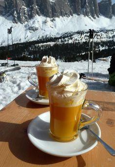 Foto: Een echt Italiaans winters drankje! 'Heiße Oma', een drankje dat hoog op de piste een grote hit is. Gemaakt van advocaat, warme melk en slagroom. Salute!. Geplaatst door Marga Nijhuis op Welke.nl
