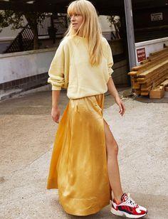 Sweat jaune pâle + jupe longue ocre en satin = le bon mix (photo Jeanette Friis Madsen)