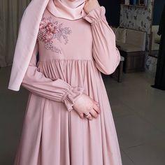 مدل مانتو بلند زنانه تابستانه - Tesettür Hırka Modelleri 2020 - Tesettür Modelleri ve Modası 2019 ve 2020 Modest Fashion Hijab, Hijab Style Dress, Hijab Chic, Abaya Fashion, Fashion Dresses, Moslem Fashion, Mode Abaya, Hijab Fashionista, Sleeves Designs For Dresses