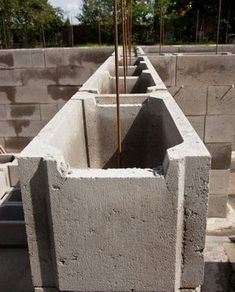 A retaining wall made of Schalsteinen is inexpensive and also built quickly . - A retaining wall made of Schalsteinen is inexpensive and also built quickly. How it works and what - Pergola Screens, Diy Pergola, Outdoor Sofa, Outdoor Furniture Sets, Outdoor Decor, Concrete Building Blocks, Piscine Diy, Cinder Block Walls, Brick Construction