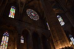 Esas ventanas son super diferentes de los de la casa de Gaudí. Tienen muchos colores e imagenes religiosas. Algunos son en formas del arcos góticos, y un otro es un circulo más grande.