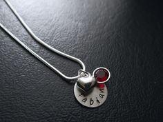 Ihr bekommt ein Medaillon, welches einen Durchmesser von 12 mm hat und an einer Schlangenkette hängt, handbestempelt mit den Text oder Namen *Eurer...