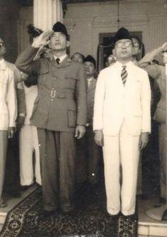 Dit zijn Soekarno en Mohammed Hatta, Mohammed Hatta was de eerte vice president van de Republiek Indonesië.