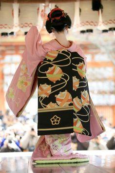 Geisha Japan, Geisha Art, Kyoto, Kabuki Costume, Turning Japanese, Kimono Fabric, Vintage Kimono, Japanese Kimono, Kimono Fashion