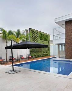 Piscina e Jardim Vertical: Jardins modernos por Arquitetura e Interior