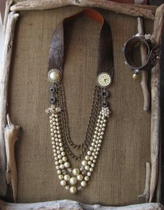Collier Vintage upcycled, Faux Pearls, Steampunk, bijoux Vintage et montre, Repurposed Hardware, cuir