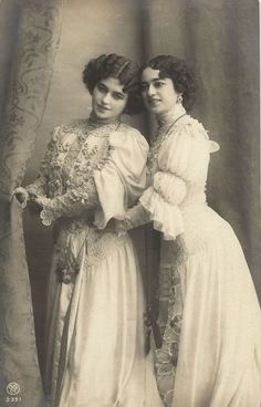 Two Beauties Edwardian Girls Cute Lesbian Couples, Lesbian Art, Lesbian Love, Vintage Lesbian, Vintage Couples, Vintage Ladies, Vintage Photographs, Vintage Images, Photo Postcards
