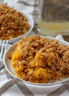 A delicious, sweet butternut squash casserole that& a holiday family favorite dessert! The crunchy topping is to die for and it makes enough to feed the whole family at Thanksgiving or Christmas! Sweet Butternut Squash Recipe, Mashed Butternut Squash, Butternut Squash Casserole, Recipe For Squash Casserole, Veggie Dishes, Vegetable Recipes, Kos, Baked Squash, Squash Pie