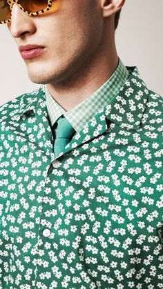 Flower print in bold pigment green from the Burberry Prorsum collection Burberry Prorsum, Burberry Men, Mens Trends, Men's Fashion, Motif Floral, Well Dressed Men, Striped Fabrics, Textiles, Colors