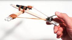 Wie man sich eine Armbrust fürs Büro baut | Bleistift, Gummiband, Papierclip und Kulli - BÄÄÄÄÄM.