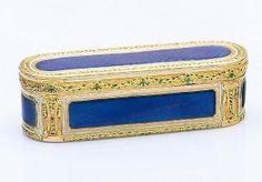 En vente vendredi 13 mai 2016 par Pestel-Debord à Paris : JEAN ETIENNE BLERZY, Paris 1776 Boîte de forme rectangulaire à bords arrondis en or jaune 18 carats (750 millièmes), recouverte d'émail bleu translucide. Largeur : 2,7 cm Longueur : 9,2 cm Poids brut : 106,3g. Est. 10 000 - 12 000 euros.