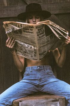 Photoshoot ideas for women Girl reading newspaper The Frame Chain Unveils their New Summer Campaign Shotting Photo, Photographie Portrait Inspiration, Classic Hats, Classic Style, Summer Campaign, Photoshoot Inspiration, Summer Photoshoot Ideas, Photoshoot Vintage, Model Photoshoot Ideas