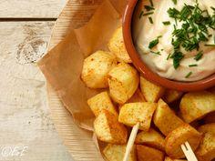 Maak zelf patatas bravas met aioli. Lekker als snack of voor een tapas buffet!