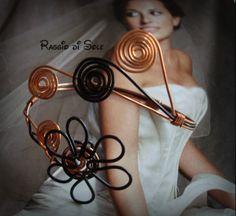Bracciale rigido realizzato con filo in rame, filo nero in alluminio e decorato con fiore e spirali. #wire #rame #bracciale #handmade