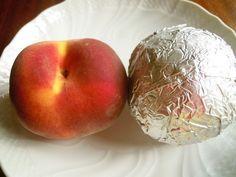 桃が旬の季節ですが「桃は傷むの早いから…」といつも購入を迷っちゃうアナタ。桃をアルミホイルに包んで冷蔵庫にブチ込むだけで1ヶ月は余裕で保存できるぞ! ていうか普通に2ヶ月持った。本当オススメ→ 桃の長期保存にはアルミホイルが効く :