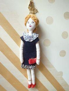 シルバーのピエロ襟の服を着た女の子のチャームです。ニット地にキラキラのビーズとインパクト大なピエロ襟のワンピース。リボンバッグとお揃いの真っ赤なシューズを持っ...|ハンドメイド、手作り、手仕事品の通販・販売・購入ならCreema。