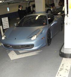 Justin Bieber deixa boate na Califórnia dirigindo uma Ferrari Azul | Celegram