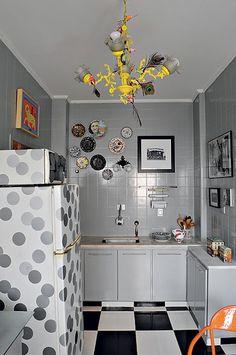 Sem espaço para o micro-ondas? Coloque em cima da geladeira. Além desta boa sacada, o arquiteto Cesar Aumart deu um toque divertido aos eletrodomésticos com bolas. Os azulejos, antes brancos e sem graça, ganharam pintura cinza