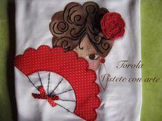 Camiseta flamenca, pintada a mano. Realizada con pintura de tela, ganchillo y aplicaciones de tela