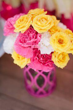 E, para arranjos para casamento em amarelo mais divertidos e descontraídos, aposte em cores de contraste como o rosa - decoração de casamento em amarelo - foto de Julie Cate Photography