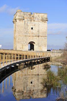 La Tour Carbonnière est une tour de guet, construite au XIIIème siècle, pour protéger la ville fortifiée d'Aigues-Mortes