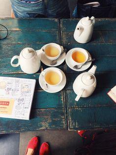 2014.2.24  The Bee:三個人的下午茶,三壺熱茶,配上一整本的上海旅行畫畫,好滿足。