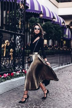 Abendessen Damen Outfit – So findest du das richtige! Take a look at the best casual outfits for christmas dinner in the photos below and get ideas for your outfits! Patrick's Day outfit shirt, St. Patrick's Day outfit shirts,… Continue Reading → Gold Pleated Skirt, Pleated Skirt Outfit, Skirt Outfits, Midi Skirts, Metallic Skirt, Shirt Skirt, Swag Dress, Jeans Dress, Sequin Skirt