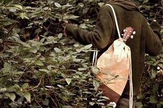 Valise. Colección Otoño Invierno. www.valisebags.com. Mostaza & marrón. 66$. Picnic de invierno en el bosque.  #valisebags #valisebarcelona #bags #fashion #bagpack