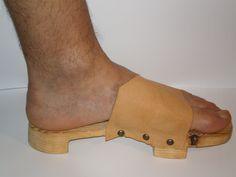 Zapato de suela de madera utilizado en las termas Clogs, Fashion, Romans, Leather, Wood, Zapatos, Life, Women, Clog Sandals