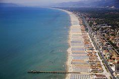 TRAVEL | ITALY | beach | forte dei marmi, italy | photo credit fortedeimarmivillas.com