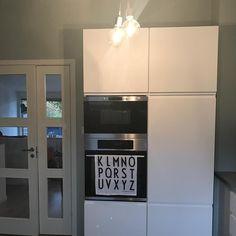 Veldig deilig å ha fått på siste skapdørene🙂 #kjøkken#kitchen#ikea#voxtorp#muuto#e27#arnejacobsen#interior#rom123#boligpluss#bonytt#interior4you#interior4all#jotun#softmint