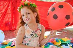 """Look no melhor estilo """"vejo flores em você"""".  Vestido em malha com estampas florais + florzinha em organza aplicada no peito. Uma opção e tanta de presente para o Dia das Crianças. #LojasTenda a sua moda. Foto: Júlia Boaventura @fotografiajuliaboaventura ................................ Criança Feliz Tenda Concorra a R$2.000,00: R$1.000,00 para você e R$1.000,00 para uma creche indicada por você. Nas compras a partir de R$120,00, preencha um cupom na loja e participe da promoção!"""