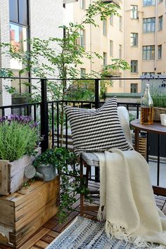 55 Super cool and breezy small balcony design ideas - garden / patio / loggia - Balkon Small Balcony Design, Tiny Balcony, Porch And Balcony, Balcony Ideas, Small Balconies, Condo Balcony, Indoor Balcony, Patio Ideas, Balcony Blinds