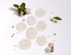 Porcelain labels in different sizes and with different imprints of leaves and flowers. Made by atelier Nausika.