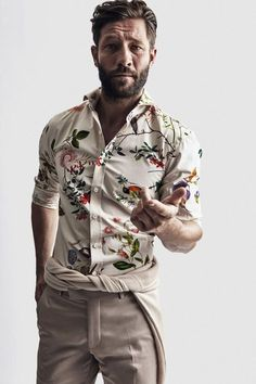floral print shirt Get custom High Quality men t-shirts at an affordable price + fast shipping! Style Casual, Men Casual, Casual Tie, Man Style, Casual Shirts For Men, Chemise Fashion, Estilo Hipster, Camisa Floral, Mens Printed Shirts