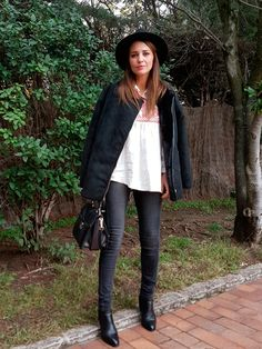 Tras la pista de Paula Echevarría » WELCOME MONDAY. White blouse with red embroidery+black jeans+black ankle boots+black suede jacket+black handbag+black hat. Fall Everyday Outfit 2016