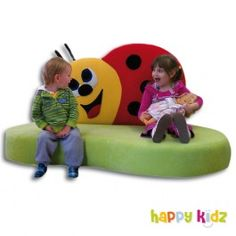 """Auf dem Kindersofa """"Glückskäfer Mary"""" fühlt sich jeder wohl. Denn auch unsere Kleinsten wollen relaxen und entspannen. Bequem und kuschelig weich ist es genau das Richtige für eine gemütliche Puppenspiel- oder Bilderbuchstunde. Mehr Kindergartenausstattung gibt's bei Happy Kidz!"""
