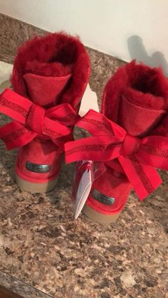 Uggs are not only the most loved but also the most controversial boots on the market. Cute Uggs, Cute Boots, Look Casual, Casual Chic, Heeled Boots, Bootie Boots, Ugg Style Boots, Red Ugg Boots, Ugg Winter Boots