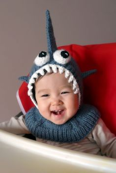Shark hat :D (there are a lot of really cute kid hats in this etsy shop! Shark Hat, Baby Shark, Shark Dress, Baby Knitting, Crochet Baby, Knit Crochet, Beanie Babies, Cute Kids, Cute Babies