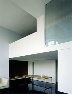 Central London Flat | VW+BS  Architecture and Design. LA PASSERELLA TUTTA BIANCA?MI PIACE.