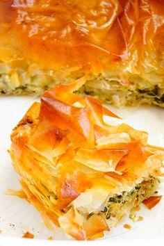 Tureckie danie na bazie greckiego ciasta filo, do dostania w każdej chorwackiej piekarni. Złożone z niezliczonej ilości cieniutkich jak papier warstw ciasta,… Spanakopita, Ethnic Recipes, Food, Essen, Meals, Yemek, Eten