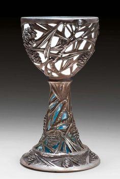 LALIQUE, RENÉ  CALICE, 1902 Argent ciselé et verre soufflé opalin. Décor d'aiguilles et de pommes de pin. Signé Lalique et numéroté 31 sur la base. H 19 cm.