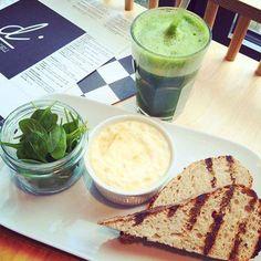 Dziś polecamy śniadanko w Di Cafe Deli.  Jajko cocotte na dzień dobry! Prosto z pieca, zapieczone z łososiem i puszystą śmietaną. Do tego szpinak i domowe grillowane pieczywo. Wasz ulubiony koktajl Go Green uzupełnia dzisiejszy zestaw  #dzieńdobrywdi #jemwdi
