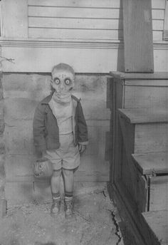 Creepy sinister picture of child wearing halloween mask. Old and vintage image Photo Halloween, Vintage Halloween Photos, Fete Halloween, Halloween Pictures, Creepy Halloween, Halloween Costumes, Creepy Costumes, Halloween Apples, Victorian Halloween