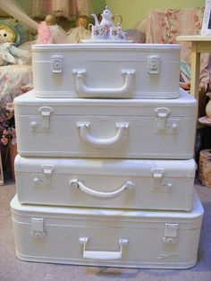 Painted Vintage Suitcases-easy AND you COULD use them for storage! Painted Suitcase, Suitcase Decor, Suitcase Table, Suitcase Storage, Vintage Suitcases, Vintage Luggage, Shabby Chic Pink, Shabby Chic Homes, Shabby Cottage