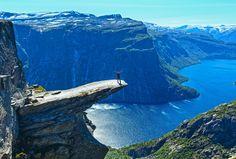 Trolltunga é  um pedaço de rocha que se estende horizontalmente para fora da montanha acima do rio .Está localizada em uma comuna na Noruega chamada Odda. O período ideal para fazer a trilha (+ ou - 10 horas de ida e volta) é entre junho e setembro, pois não há neve.