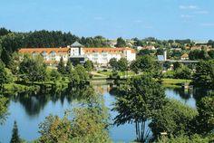 Flair Parkhotel Weiskirchen is een erg goed verzorgd hotel, zeer rustig gelegen aan de rand van het bos, met alle faciliteiten die bijdrage aan een ontspannen vakantie. Er is een uitgebreid wellnesscentrum en met meer dan 140 km aan wandel- en fietsroutes in de omgeving is dit hotel erg geschikt voor wandelaars en fietsers.  De ideale ligging nabij het drielandenpunt Duitsland, Frankrijk en Luxemburg biedt talrijke mogelijkheden voor leuke uitstapjes in de omgeving. Officiële categorie ****