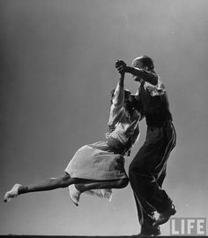 Leon James & Willa Mae Ricker demonstrating a step of The Lindy Hop, Jan 1943 (photo by Gjon Mili, Time Life Pictures/Getty Images) Lindy Hop, Swing Dancing, Shall We Dance, Lets Dance, Photo Vintage, Vintage Photos, Tango, Bailar Swing, Rockabilly