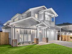 25 New Ideas For Exterior Paint Colours Australia Picket Fences Hamptons Style Homes, Hamptons House, The Hamptons, House Columns, Facade House, Facade Design, Exterior Design, House Design, House With Balcony