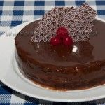 Uma receita diferenciada para um Bolo Cremoso com Chocolate, com recheio de Confeitare Chocolate, e uma cobertura especial. Experimente esse delicioso bolo de pão de ló que fica bem macio!  http://xamegobom.com.br/receita/bolo-cremoso-com-chocolate/